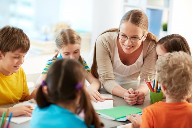 enseignant-bonne-ecoute-a-ses-eleves_1098-2801